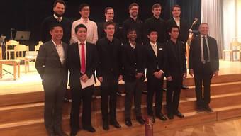 Die angehenden Dirigenten aus aller Welt mit Kursleiter Douglas Bostock (rechts).