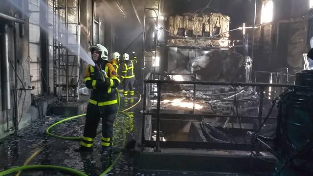 Alles schwarz: Blick ins Innere der KVA Oftringen während der Löscharbeiten nach dem Grossbrand.