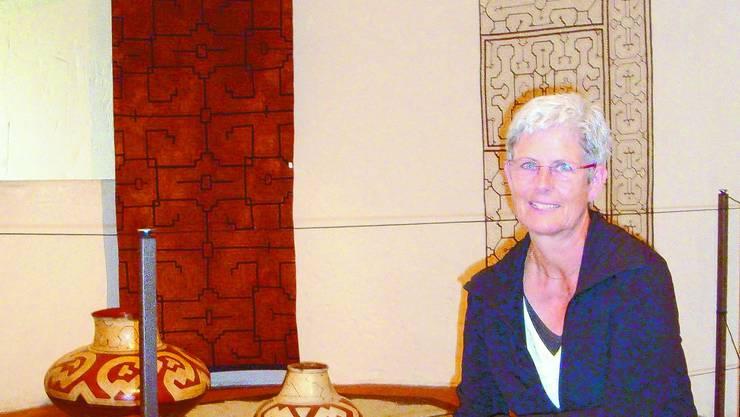ERIKA BüRKI: Die Co-Leiterin des Museums vor Werken der Shipibo-Conibu-Indianer (Peru). Kas