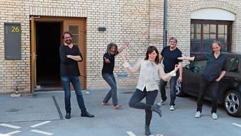 Hendrix Ackle, Richard Cousins, Caroline Chevin, Simon Kistler und Jean-Pierre von Dach vor dem Studio im Maggie-Areal.