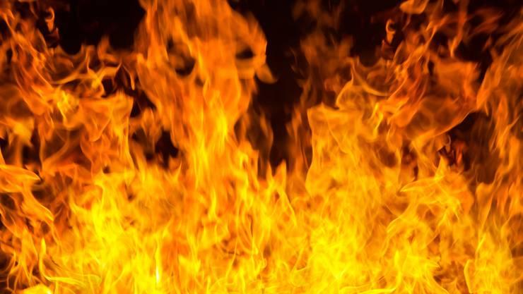 Flammen bei Brand. (Symbolbild)