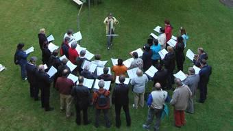 Im Bild der Ad- hoc-Chor aus Urdorf bei einem Auftritt an der Aemtlerstrasse.