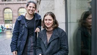 Vermittlerinnen zwischen Flüchtlingen und Basler Wohngemeinschaften: Maria Vogelbacher (links) und Rebekka Bernasconi (rechts) von wegeleben.