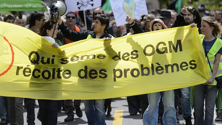 """EU-Parlament will in der EU kein """"Jekami"""" bei GVO-Lebensmitteln: Aktivisten demonstrieren vor dem Europa-Hauptsitz des US-amerikanischen Agromultis Monsanto im waadtländischen Morges (Archiv)."""