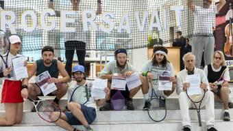 """Klimaaktivisten protestierten im November 2018 in Lausanne, Genf und Basel gegen die """"klimaschädliche Investitionspolitik der Schweizer Grossbanken"""". Im Bild die Aktion bei der Credit Suisse in Genf. (Archivbild)"""