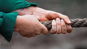 Wer kann das Seil auf die eigene Seite ziehen: Die Jungen oder die Alten?MARTIN RÜTSCHI/Keystone