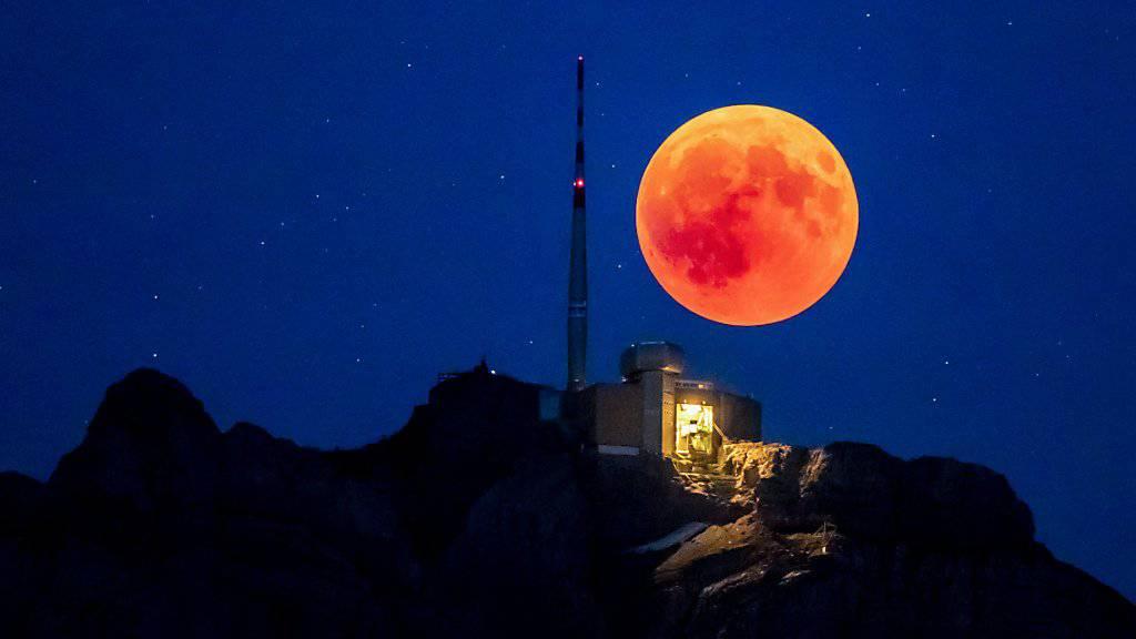 Im Wallis und im Tessin sind die Chancen für einen Blick auf den Blutmond am besten. Im Bild die totale Mondfinsternis vom Juli 2018 auf dem Säntis.
