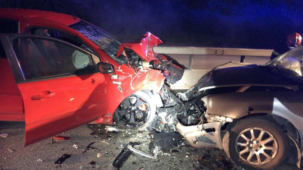 Zwei Schwerverletzte wegen eines Frontal-Crashs auf der Umfahrungsstrasse T 10 bei Kerzers: Eine Geisterfahrerin ist in ein entgegenkommendes Auto gefahren.