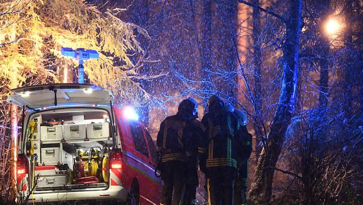 Rettungskräfte sichern die Absturzstelle in einem Waldstück bei Ravensburg in Baden-Württemberg.