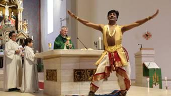 Pater Saju, Tänzer vor dem Altar, während Toni Kurmann die Messe feiert.