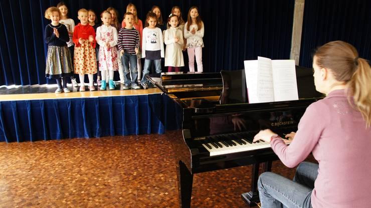 Die Kindersinggruppen 1 und 2 zeigen ein kleines Muster aus dem Musical, das sie am 3. Juli aufführen werden.