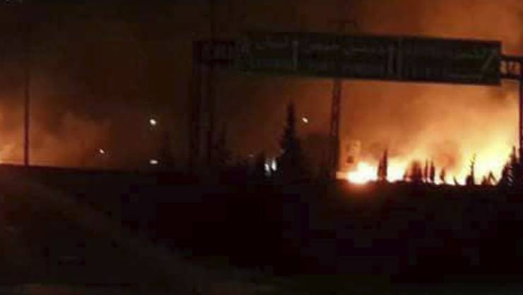 Die staatliche Nachrichtenagentur veröffentlichte dieses Foto einer brennenden Militäreinrichtung in Kisweh südlich von Damaskus.
