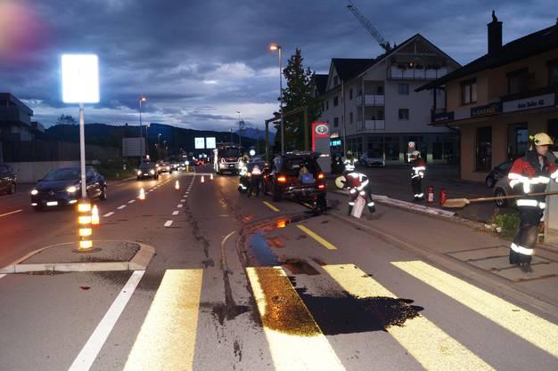 Holzhäusern ZG, 25. September: Vor einem Fussgängerstreifen ist ein 33-jähriger Autolenker in das vor ihm anhaltende Fahrzeug eines 42-Jährigen geprallt.