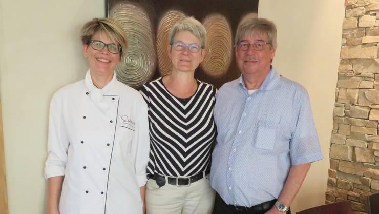 Verlassen das «Rössli»: Küchenchefin Rita Camenzind, die Pächter Madeleine und Herbert Brun.