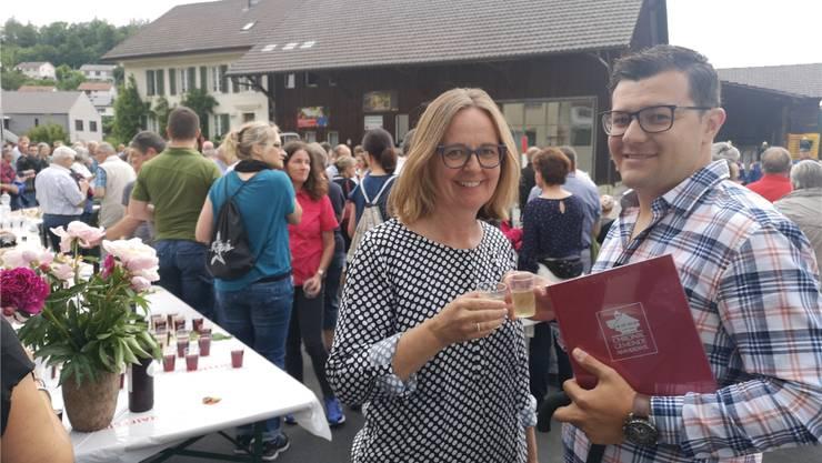 Frau Gemeindeammann Marianne Horner und Projektleiter Elmin Jelecevi stossen auf den guten Abschluss der Arbeiten an der Dorfstrasse an.