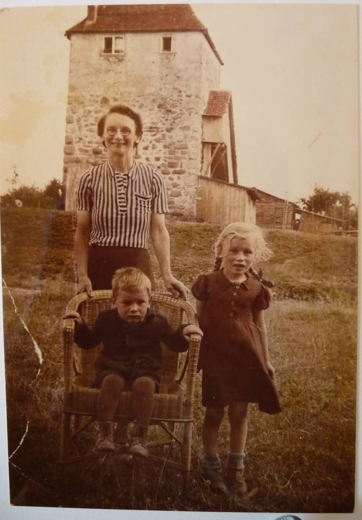 Familie Schnyder vor dem Turm.