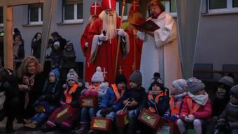 Chlauseinzug auf dem Zentrumsplatz in Wettingen
