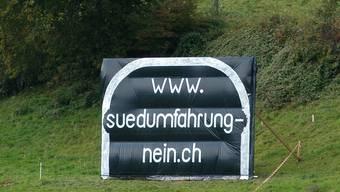 Kreativer Widerstand: 2008 baute die «IG Südumfahrung Nein» bei Aesch einen Tunneleingang nach.