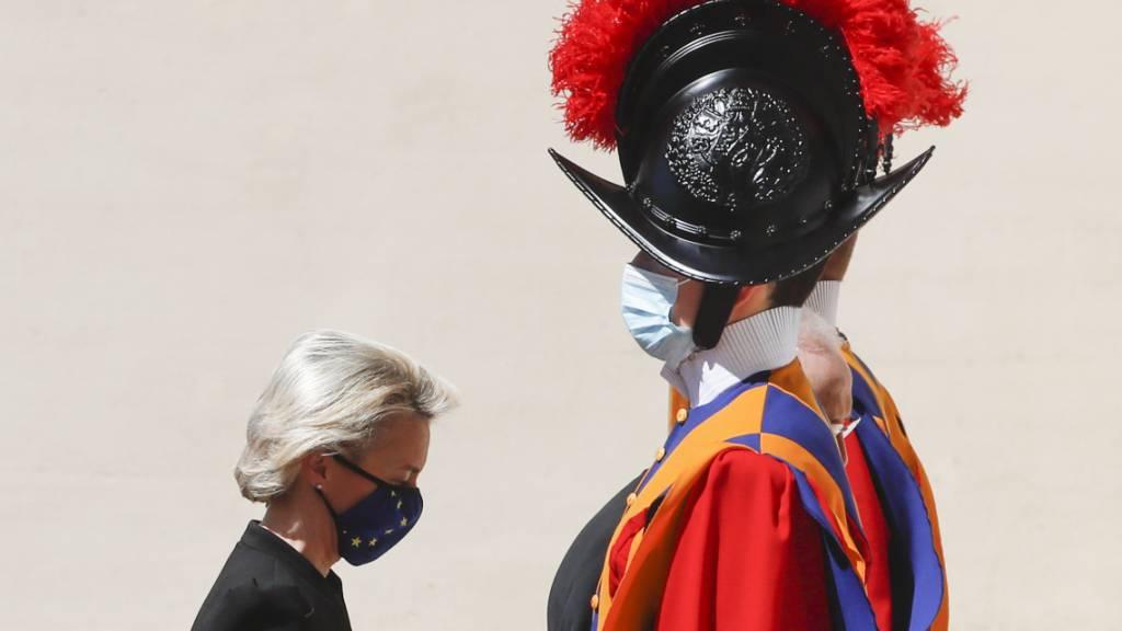 dpatopbilder - Ursula von der Leyen, Präsidentin der Europäischen Kommission, geht bei ihrer Ankunft im Hof von San Damaso im Vatikan an einem Gardisten der Schweizergarde vorbei. Foto: Alessandra Tarantino/AP/dpa