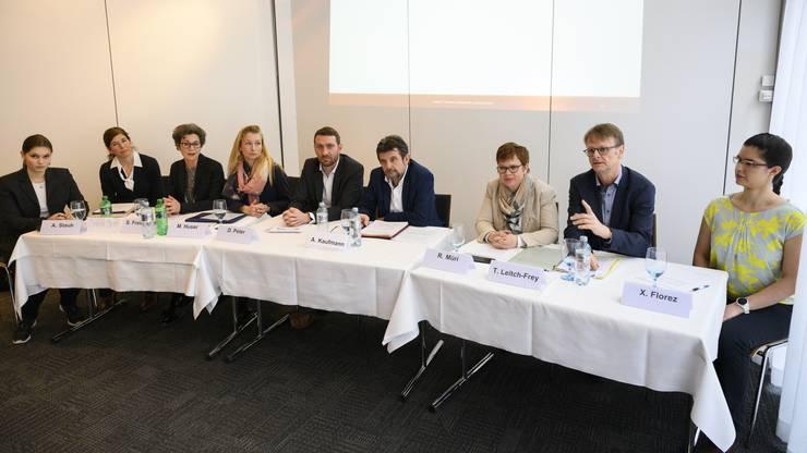 Das Ja-Komitee: Anna Staub (Jungfreisinnige), Grossrätinnen und Grossräte Simona Brizzi (SP), Sabina Freiermuth (FDP), Michaela Huser (SVP), Dominik Peter (GLP) und Alfons Kaufmann (CVP), Ruth Müri (Grüne), Thomas Leitch (SP) und Ximena Florez (Jungfreisinnige)