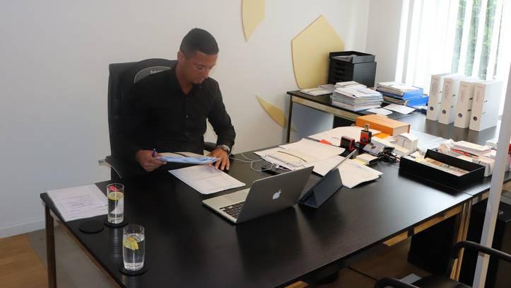 Wenn er mal in seinem Büro ist, hat Milos Malenovic alle Hände voll zu tun.