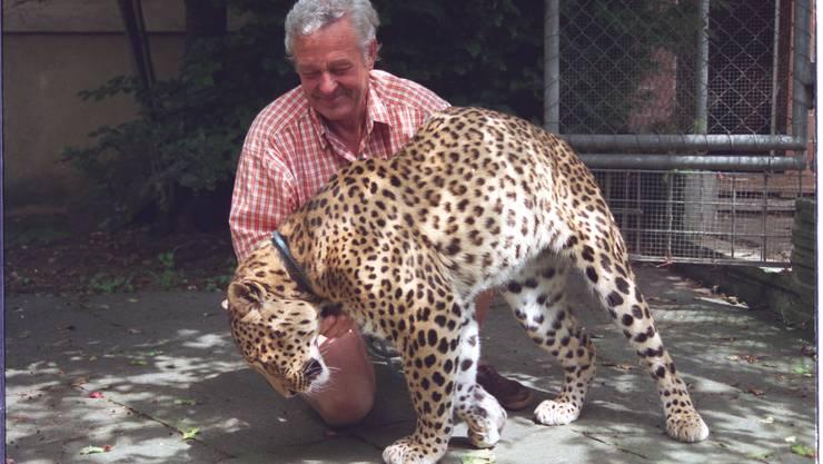 Im Bild aus dem Jahr 2000 ist der pensionierte Elektromonteur mit Ravi, seinem dritter und letzter Wildkatze, zu sehen.