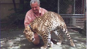 Der Besenbürer, der mit seinem Leopard im Wald spazieren ging.