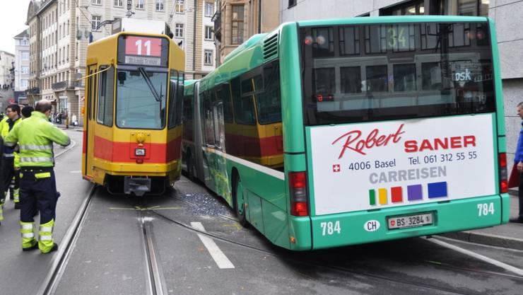 Am Mittwoch kam es zwischen einem BLT-Tram und einem BVB-Bus zu einer Streifkollision.