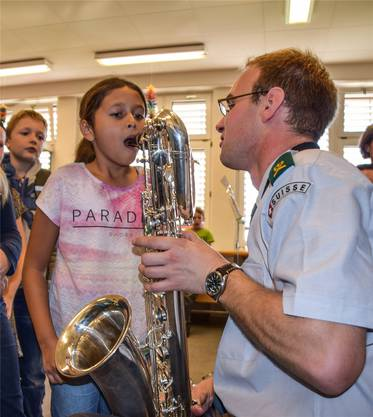 Lehrer in Uniform: Michel Byland unterrichtet an der Remos Saxofon, am Workshop war er als Militärmusiker dabei.