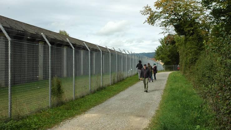 Rund um den heutigen Gefängniszaun plant der Kanton einen weiteren Zaun.