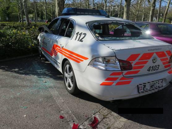 Ein Baselbieter Polizeiauto wurde bei Krawallen nach dem Spiel FC Basel gegen den FC Zürich zerstört.
