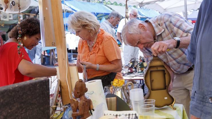 Den eher ruhigen Freitagnachmittag nutzen vor allem die Trödler und Antiquitäten-Händler für erste Geschäfte.