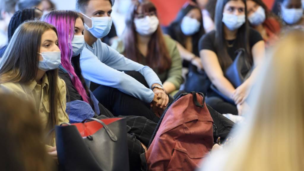 Auch der Kanton Waadt verschärft seine Massnahmen gegen die Corona-Pandemie. An den Hochschulen zum Beispiel werden Kurse mit einer grossen Zahl von Studierenden ab dem 2. November online durchgeführt.