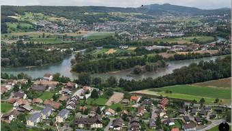 Blick von oben auf das Wasserschloss mit Brugg-Lauffohr vorne und dem Siggenthal hinten.