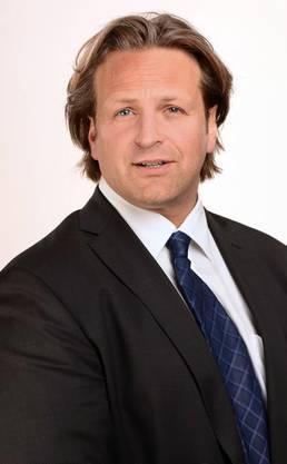 Hier mit Kittel: Anwalt Jascha Schneider.
