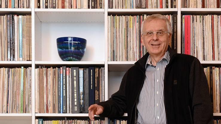 Der Analog-Fan Ernst Müller vor seiner Plattensammlung.