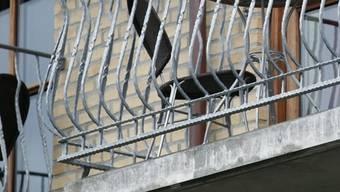 Der Mann hat sich beim Sturz vom Balkon schwer verletzt. (Symbolbild)