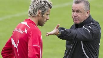 Trainer Ottmar Hitzfeld bespricht sich mit Valon Behrami.