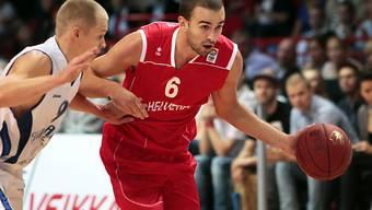 Der Schweizer Dusan Mladjan leitet den Gegenangriff ein.