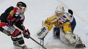 HCD-Goalie Genoni lässt sich von Fribourgs Bykow nicht bezwingen.