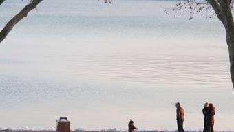 Spaziergänger beim See Annecy in Ostfrankreich