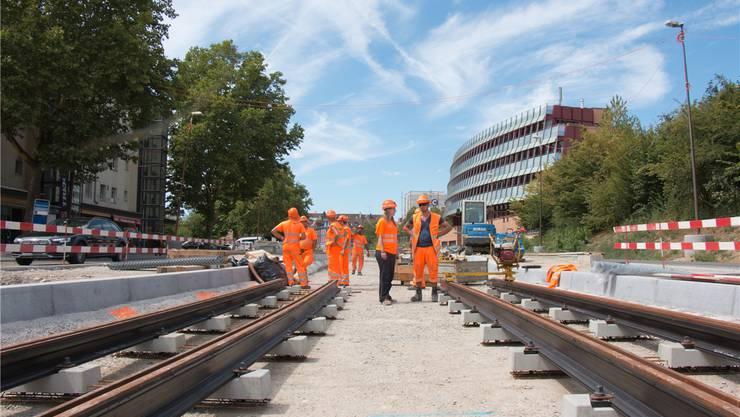 Beim Bau der Limmattalbahn werden auch Werkleitungen erneuert, die der Stadt Schlieren gehören. Bild: Fabienne Eisenring (12. August 2018)
