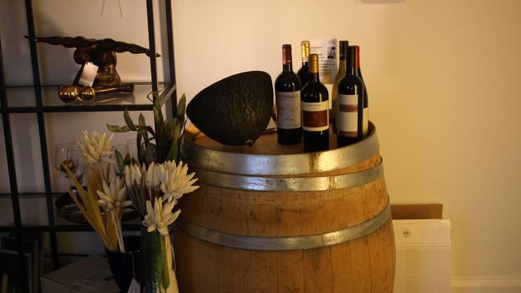 Zwei Dinge will der noch junge Laden am Rheinsprung miteinander verbinden: Genuss und Ästhetik. Der Name ist Programm. Zu kaufen gibt es edle Tropfen und Kunsthandwerk – kombiniert für einen gemütlichen Abend in einer stilvoll eingerichteten Stube. Sowohl die Weine, die Obstbrände als auch die Interieur-Teile sind sorgfältig ausgewählt. «Wir achten darauf, dass unsere Objekte einen Bezug zur Region haben», sagt Ladeninhaber Mike Gasser und lacht: «Ausser bei den Weinen.» Mittlere bis hohe Preise, Rheinsprung 1www.weinunddesign.ch