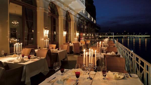 Das Restaurant «Cheval Blanc» im Les Trois Rois in Basel: Auch Luxushotels treffen die Coronamassnahmen zurzeit hart.
