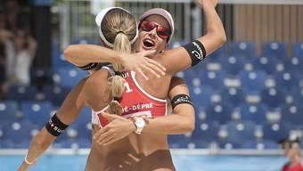 Joana Heidrich (rechts) umarmt ihre Teamkollegin Anouk Vergé-Dépré nach dem gelungenen WM-Start