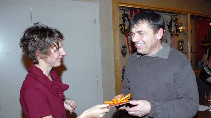 Ehrungen (im Bild gratuliert Nadine Schmid Urs Häfeli zu 30 Jahren Vereinsmitgliedschaft) sind jeweils die Höhepunkte einer GV.