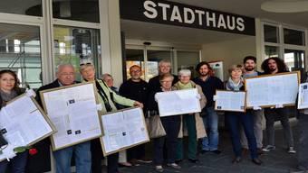 Elegante Petitionsübergabe: Mit weissen Handschuhen übergab das Komitee die Bilderrahmen mit den Unterschriften.