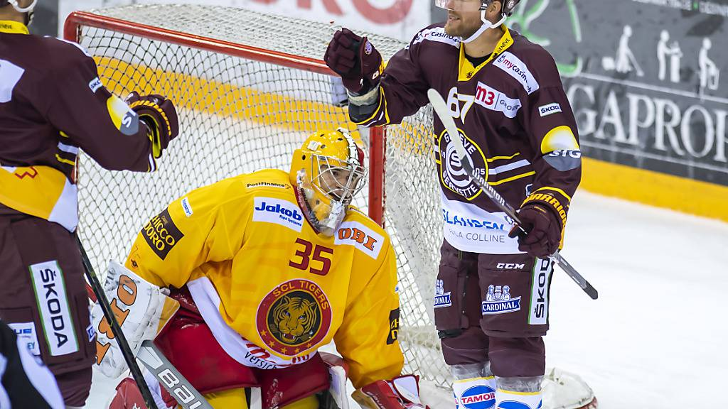 Linus Omark (rechts) jubelt, Langnaus Goalie Gianluca Zaetta ist geschlagen