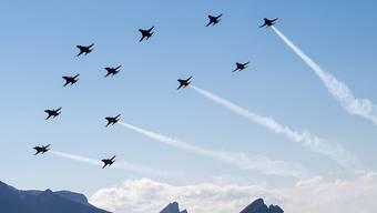Hier demonstriert die Schweizer Luftwaffe, wie ein unerlaubt eingedrungenes Flugzeug abgefangen wird