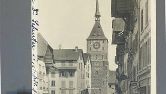 Die Vordere Vorstadt mit Obertorturm im frühen 20. Jahrhundert. In der Häuserzeile rechts befand sich der Gasthof zum Wilden Mann, wo sich im Februar 1918 eine Versammlung für eine «Notehe» mit Unterentfelden und Rohr aussprach.ETH-Bildarchiv